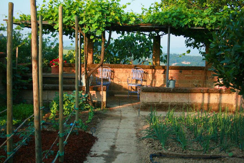giardino moderno con pergola : Hortus Conclusus: il Giardino Margaret Frances Lansing